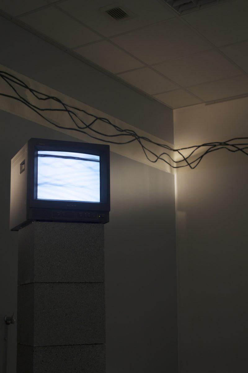 Installation JOUER À , Maison de l'université, Rouen, 5 moniteurs, 5 vidéos en boucle  photos, dessins, collage
