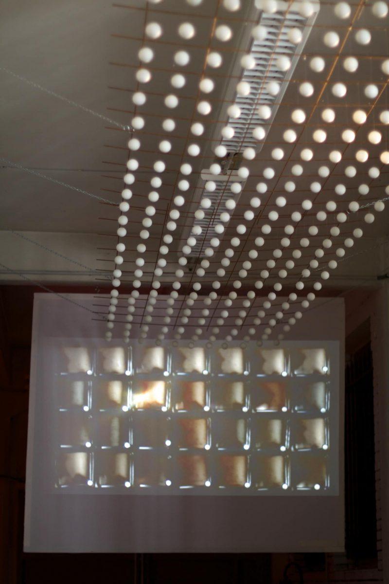 Installation - vidéo 2'37'' en boucle, 400 balles de ping pong
